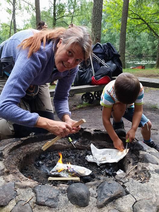 Cia Larsson, tänder gärna gnistan för naturen hos folk. Med ny knäprotes rör hon sig i regel runt baslägret och elden, i ett ständigt moln av rök och mjöl.